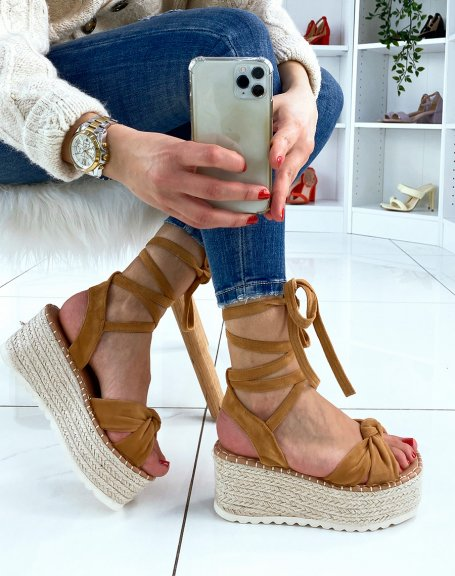 Sandales compensées en suédine camel à lacets
