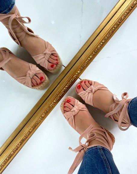 Sandales compensées en suédine rose poudré à lacets