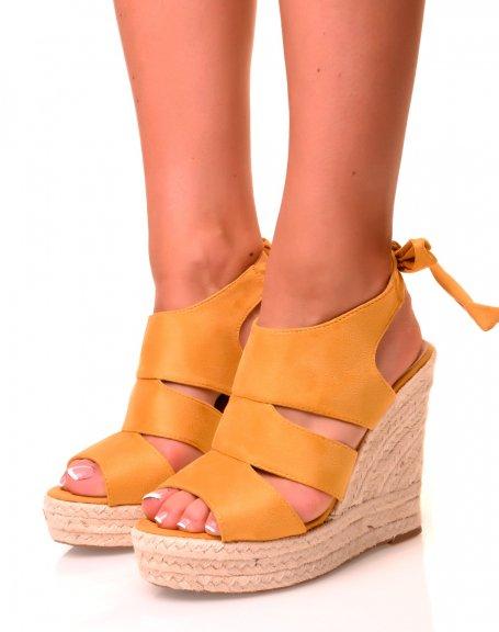 Sandales compensées jaunes en suédine à noeud