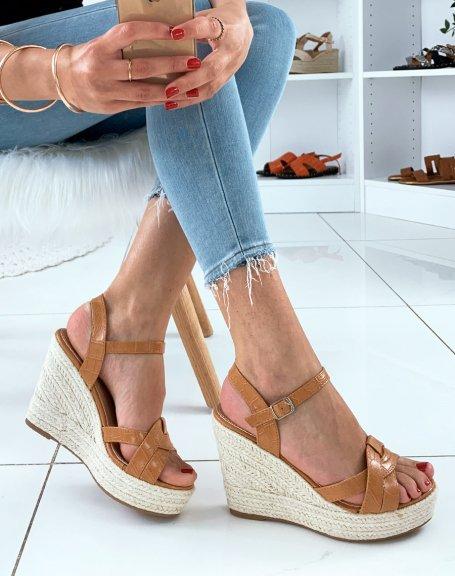 Sandales en similicuir camel effet croco à talons compensés