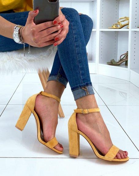 Sandales en suédine jaunes à talons carrés