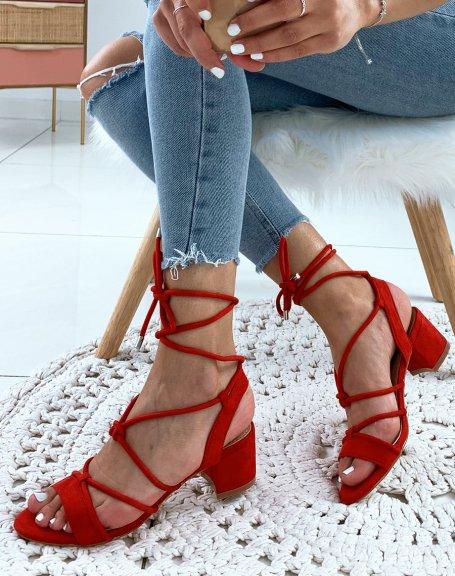 Sandales en suédine rouges à petits talons et à lacets chevilles