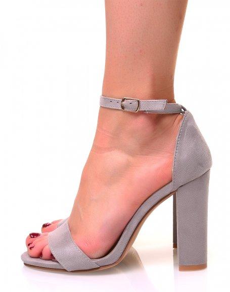 Sandales grises en suédine à talons carrés et fines brides