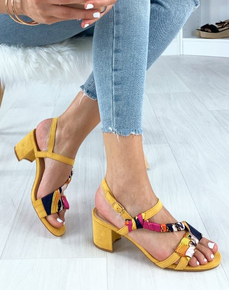 Sandales jaunes à bride tressé d'un foulard imprimé