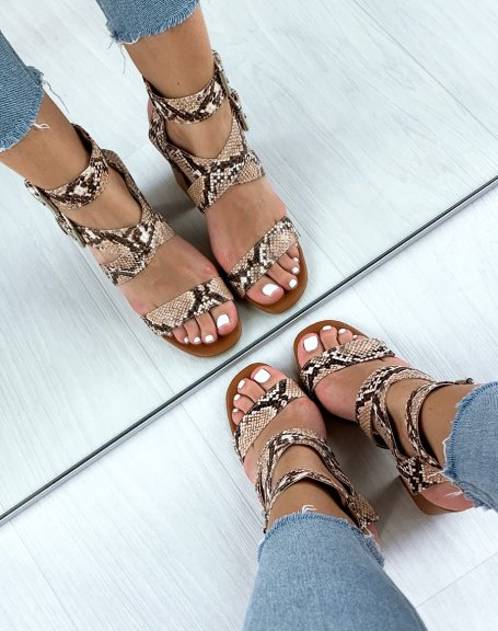 Sandales marron à larges brides effet serpent