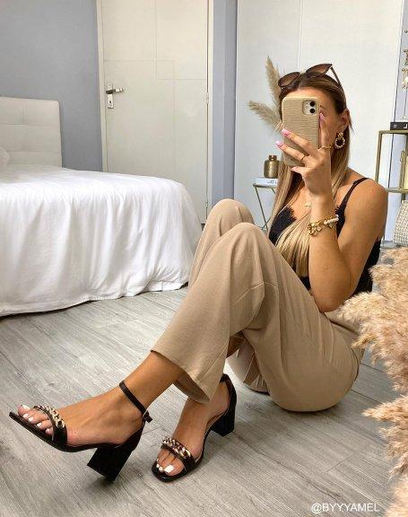 Sandales noires à petit talon épais et chaîne dorée