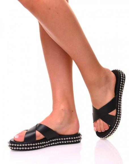 Sandales noires compensées avec détail métallique sur la semelle