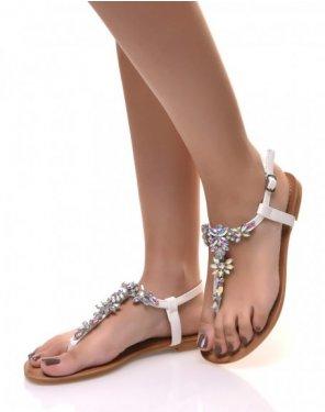 Nu-pieds blanc ornée de bijoux à reflets colorés