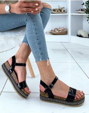Sandales à brides vernies noires et plateformes à clous