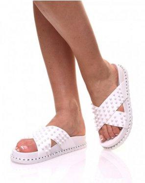 Sandales blanches à clous croisés