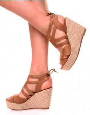 Sandales en suédine camel à talons compensés