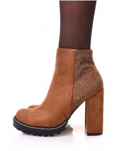 Chelsea boots camelles en suédine à détails strass et talons