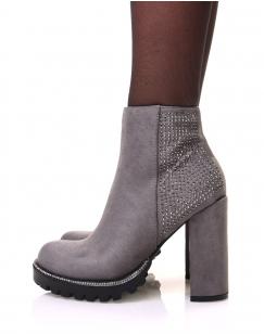 Chelsea boots grises en suédine à détails strass et talons