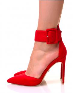 Escarpins rouges en suédine à larges brides et bouts pointus