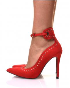 Escarpins rouges en suédine avec sangle et détails cloutés