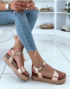 Sandales à brides vernies rose gold et plateformes à clous