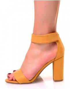 Sandales moutarde en suédine à talons carrés et brides en scratch