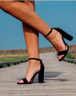 Sandales noires en suédine à talons carrés et fines brides