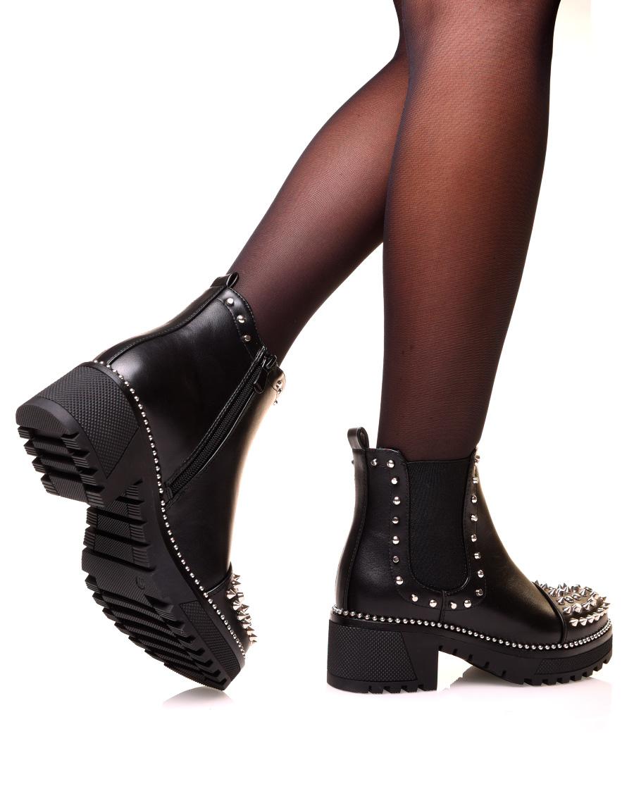 Chelsea boots noire à effet lisse ajouré de clous argenté