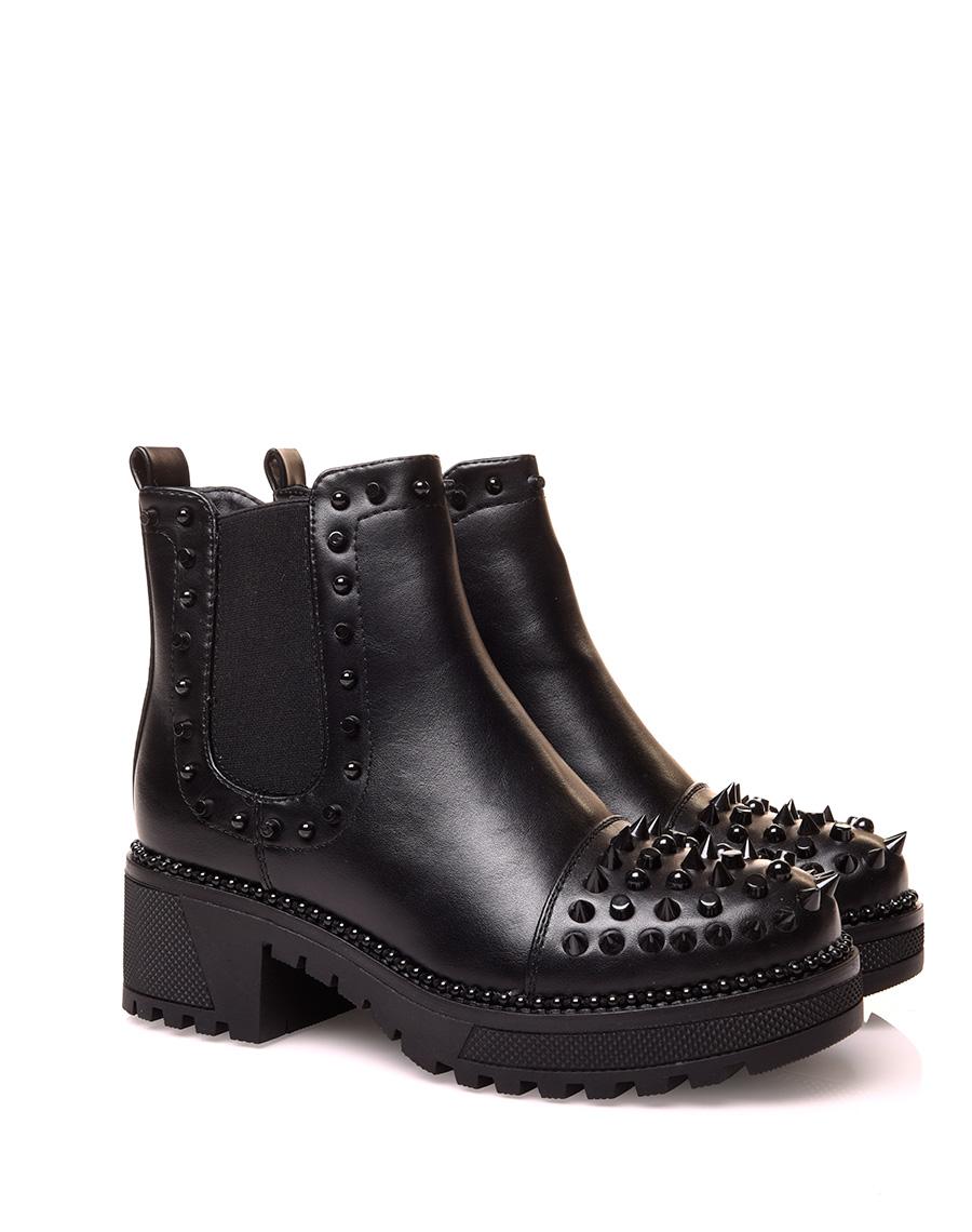 Chelsea boots noire à effet lisse ajouré de clous noirs