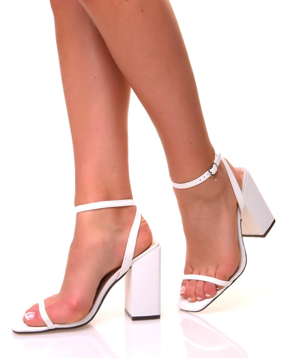 Sandales blanches à large talons carrés