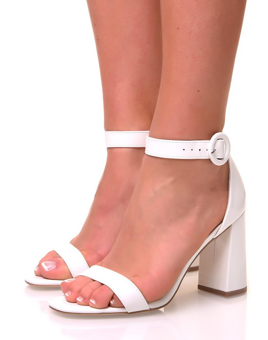 construction rationnelle parcourir les dernières collections conception populaire Sandales blanches à talons et bout carré effet vernis