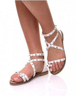 Nu-pieds blancs cloutés et perlés
