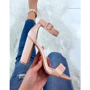 Sandales à talon rose poudré effet croco à boucle carrée