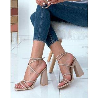 Sandales beiges à talons carrés et à fines lanières entrecroisées