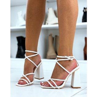 Sandales blanches à talons carrés et à fines lanières entrecroisées