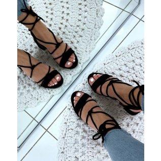 Sandales en suédine noires à petits talons et à lacets chevilles