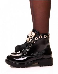 Bottines noires vernies à lacets et ajourées de perles