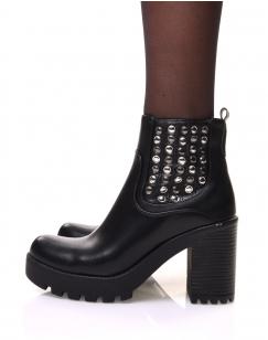 Chelsea boots noires à talons et détails cloutés sur le côté du pied