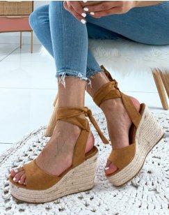 Sandales à talons compensés à lacets en suédine camel