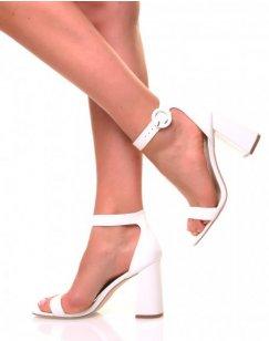 Sandales blanches à talons et bout carré effet vernis