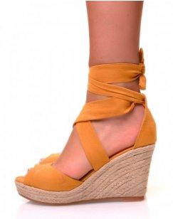 Sandales en suédine moutarde à talons compensés