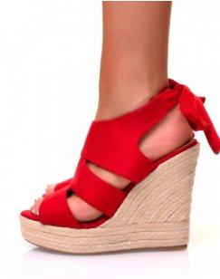 Sandales en suédine rouge à talons compensés